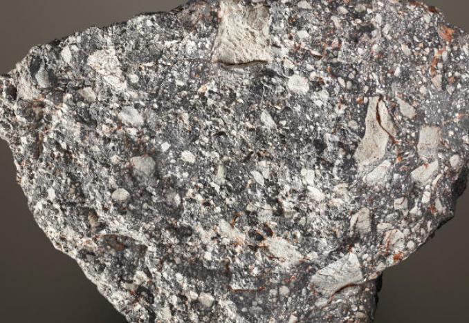 صخرة من القمر تعرضها دار مزادات كريستيز في لندن (رويترز)